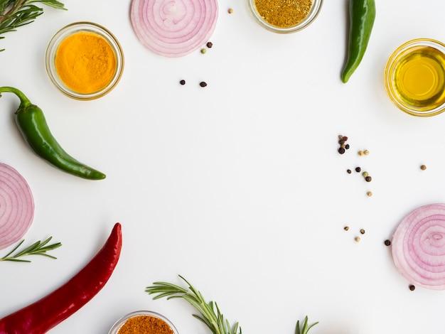 Moldura de vista superior com condimentos e ervas Foto gratuita