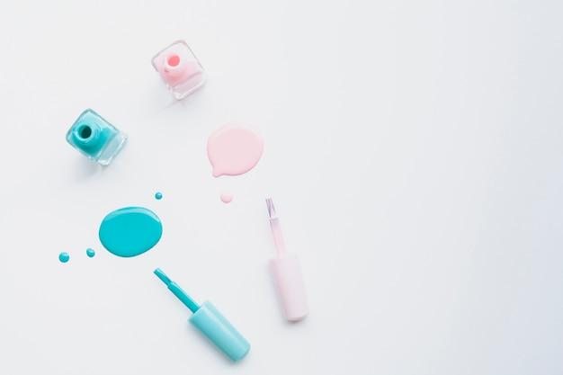 Moldura de vista superior com esmalte rosa e azul e cópia-espaço Foto gratuita