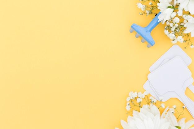 Moldura de vista superior com ferramentas e fundo amarelo Foto gratuita