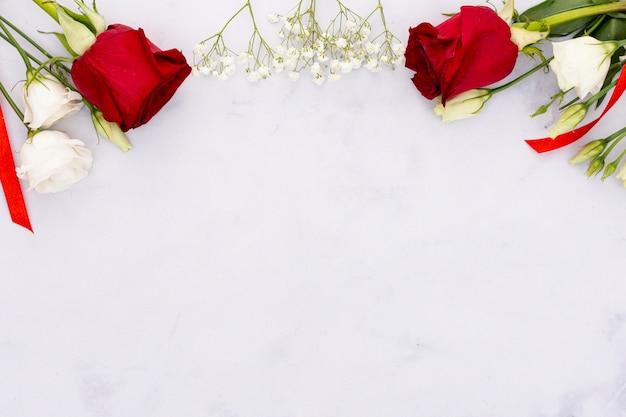 Moldura de vista superior com lindas flores e cópia-espaço Foto gratuita