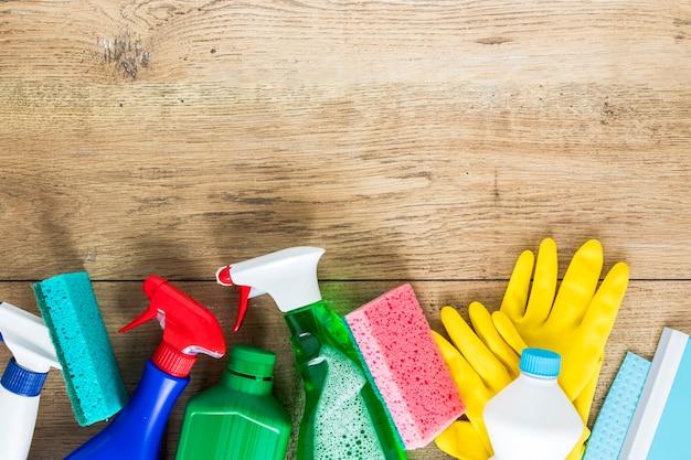 Moldura de vista superior com produtos de limpeza e espaço para texto Foto gratuita