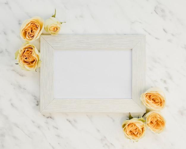 Moldura de vista superior com rosas amarelas Foto gratuita