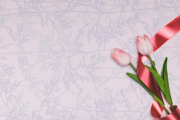 Moldura de vista superior com tulipas e cópia-espaço Foto gratuita