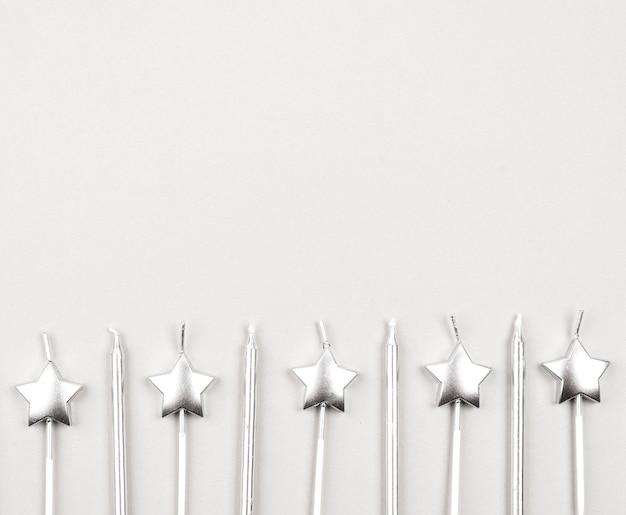 Moldura de vista superior com velas de aniversário Foto gratuita