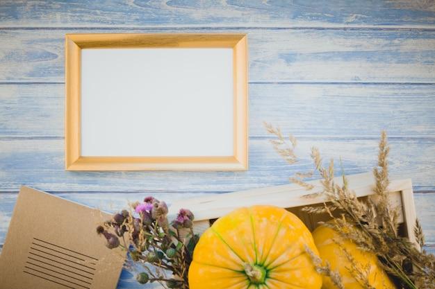 Moldura em branco dourada com abóboras de outono Foto Premium