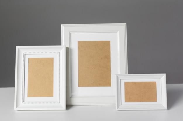 Moldura em branco em cima da mesa Foto Premium