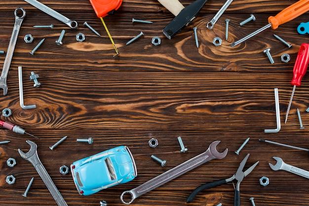 Moldura feita de diferentes ferramentas e carro de brinquedo Foto gratuita