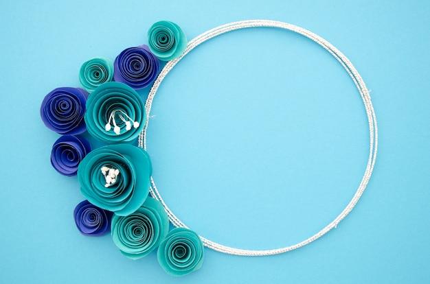Moldura ornamental branca com flores de papel azul Foto gratuita