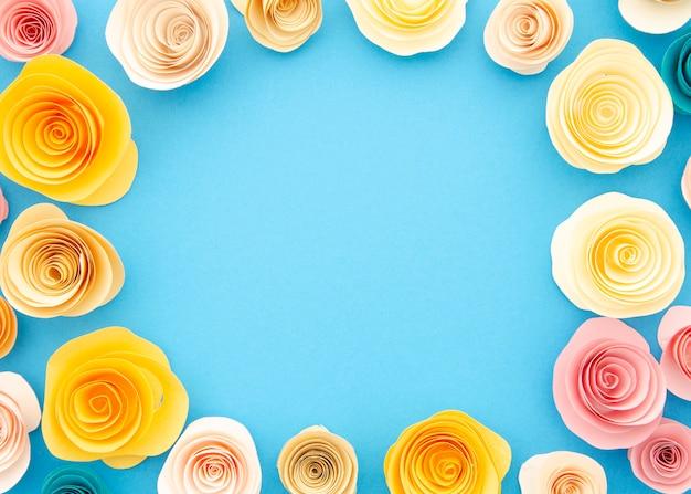 Moldura ornamental colorida com flores de papel Foto gratuita
