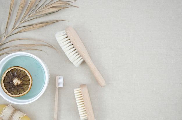Moldura plana com produtos de banho e escovas Foto gratuita