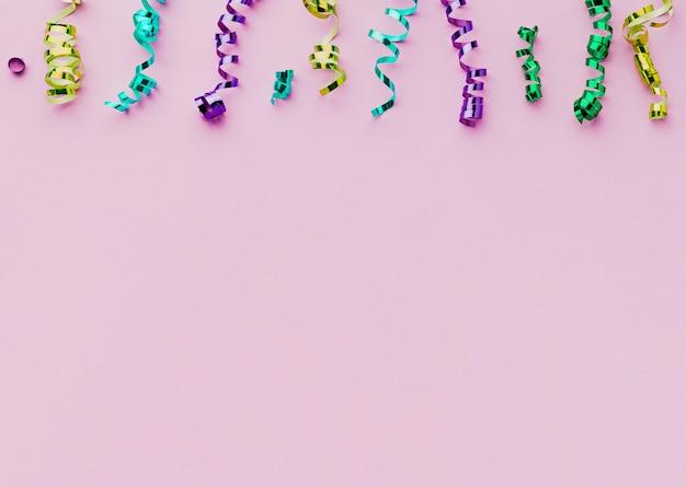 Moldura plana leiga com confetes e fundo roxo Foto gratuita