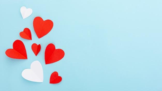 Moldura plana leiga com corações e cópia-espaço Foto gratuita