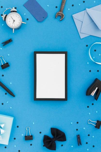 Moldura plana leiga com ferramentas de pais Foto gratuita