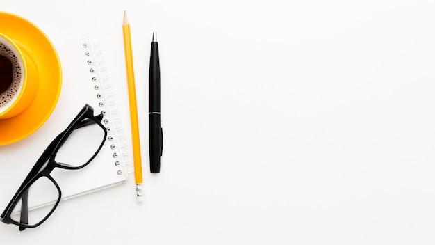 Moldura plana leiga com óculos e caneta Foto gratuita