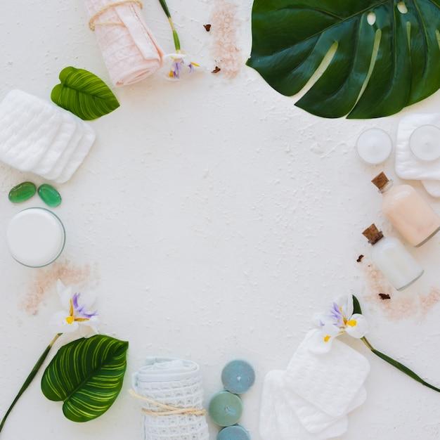 Moldura plana leiga de produtos de banho no fundo branco Foto gratuita