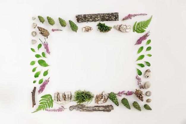 Moldura quadrada, layout natural das folhas, pedras e madeira Foto Premium