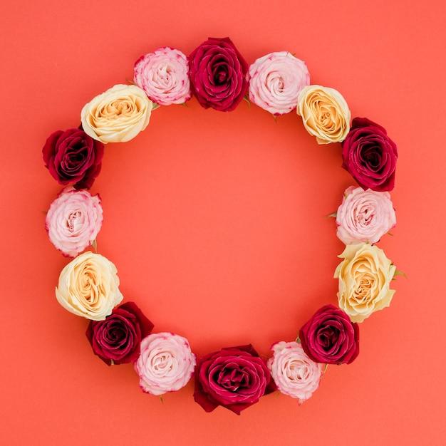 Moldura redonda feita com rosas delicadas Foto gratuita