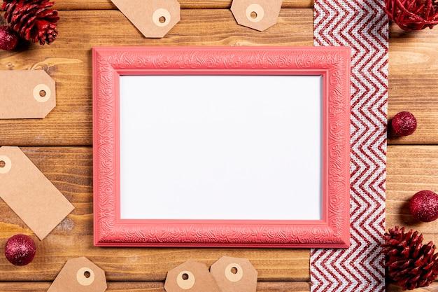 Moldura retrô e na mesa de madeira Foto gratuita