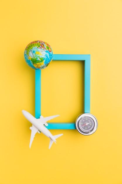 Moldura vazia com avião e globo Foto gratuita