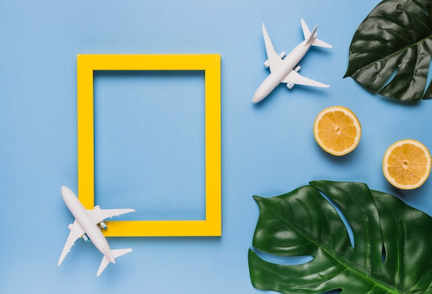 Moldura vazia com aviões, folhas e frutas Foto gratuita
