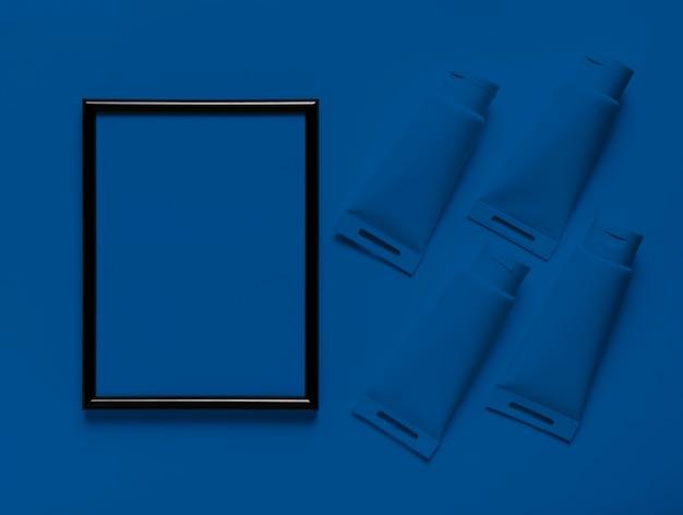 Moldura vazia de vista superior com recipientes de tinta azul clássico Foto gratuita