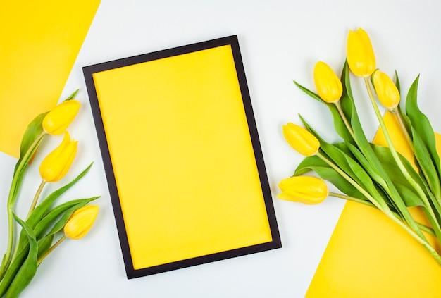 Moldura vazia decorativa com espaço de cópia e buquê de tulipas Foto Premium