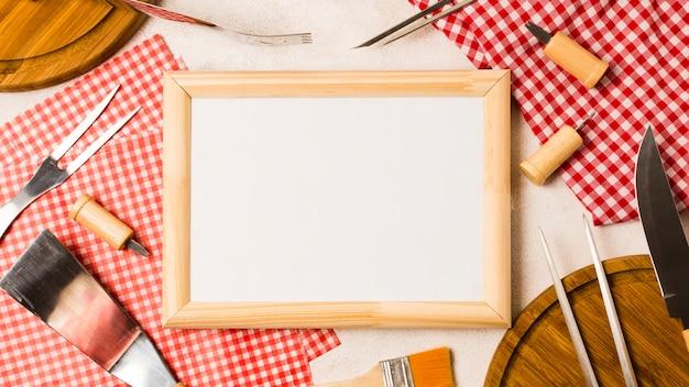 Moldura vazia e ferramentas para churrasco Foto gratuita