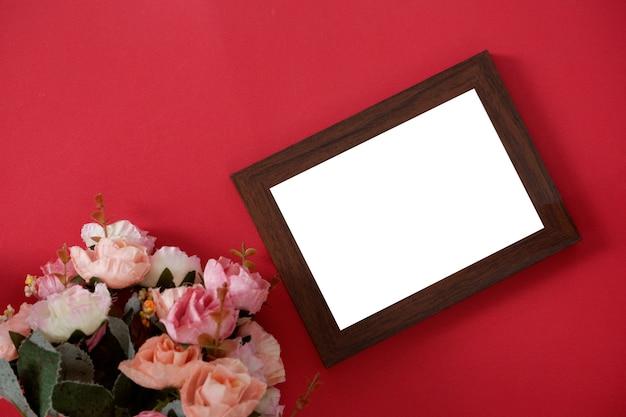 Molduras para fotos de madeira mock-up com espaço para texto ou imagem em fundo vermelho e flor. Foto Premium