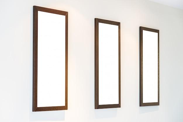 Molduras para fotos em branco na parede Foto gratuita