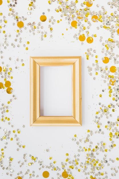 Molduras para fotos entre confetes coloridos Foto gratuita