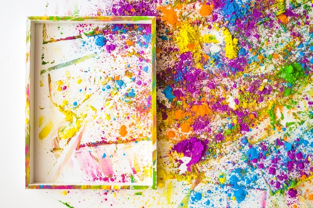 Molduras para fotos perto de borrões e pilhas de diferentes cores secas brilhantes Foto gratuita
