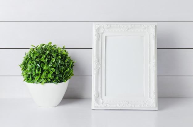 Molduras para fotos vintage em branco com planta verde em casa Foto Premium