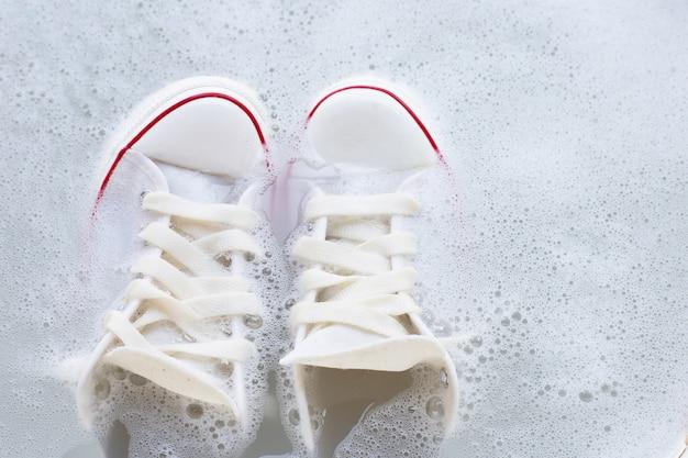 Molhe os sapatos antes de lavar. tênis sujos. Foto Premium