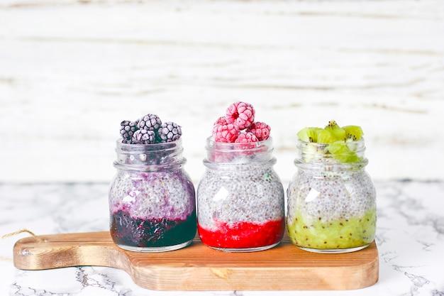 Molho de amora, framboesas congeladas e amoras e fatias de kiwi Foto gratuita
