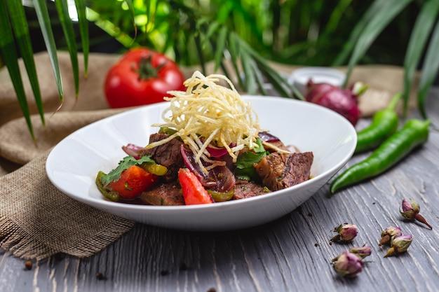 Molho de carne com legumes e cebola frita com pimenta e pimenta Foto gratuita