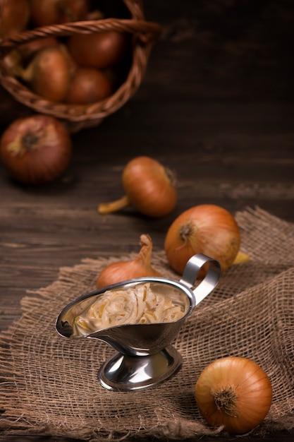 Molho de cebola na mesa de madeira. estilo vintage Foto Premium