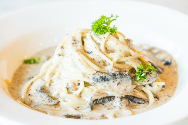 Molho de creme de espaguete com cogumelos trufas Foto gratuita