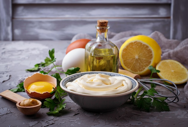 Molho de maionese caseira e azeite, ovos, mostarda, limão. foco seletivo Foto Premium