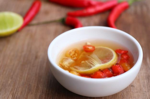 Molho de peixe com limão Foto Premium