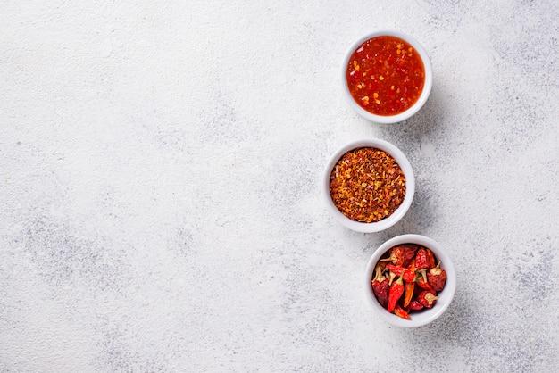 Molho de pimentão com pimentas secas Foto Premium