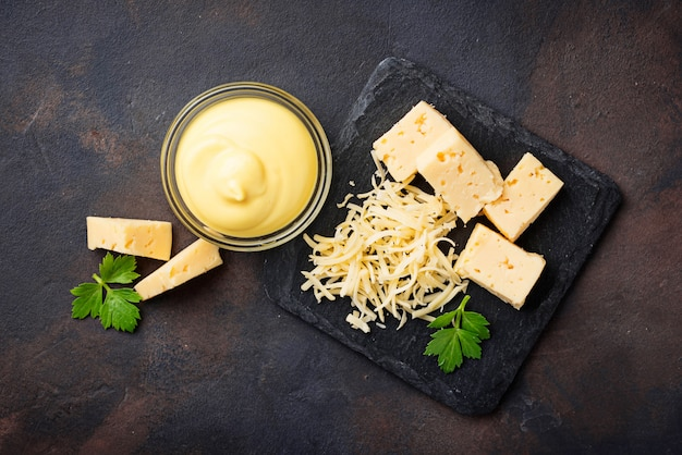 Molho de queijo caseiro na tigela de vidro Foto Premium
