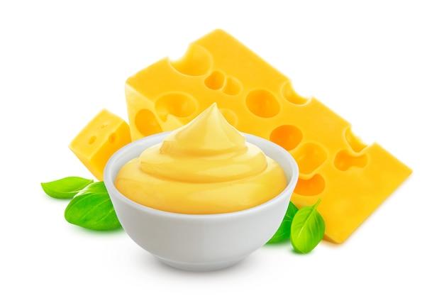 Molho de queijo isolado no fundo branco com traçado de recorte Foto Premium