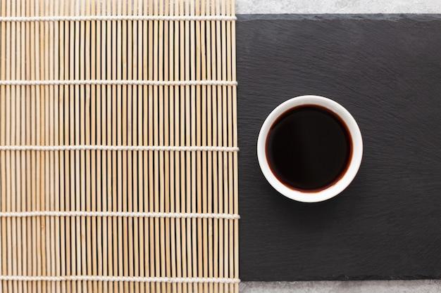 Molho de soja em um guardanapo de bambu Foto Premium