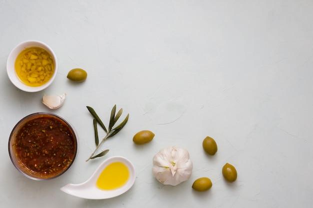 Molho italiano com ingredientes em fundo de concreto Foto gratuita