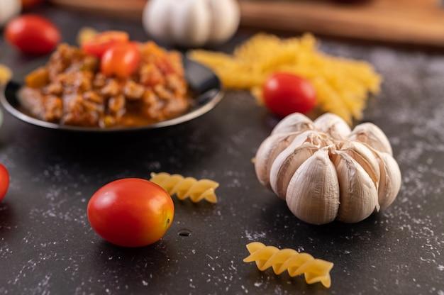Molho para refogar espaguete ou macarrão refogado em prato preto. Foto gratuita