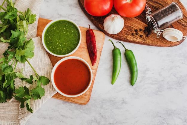 Molho verde e vermelho salsas mexicanos, comida picante com pimenta quente e ingredientes no méxico Foto Premium