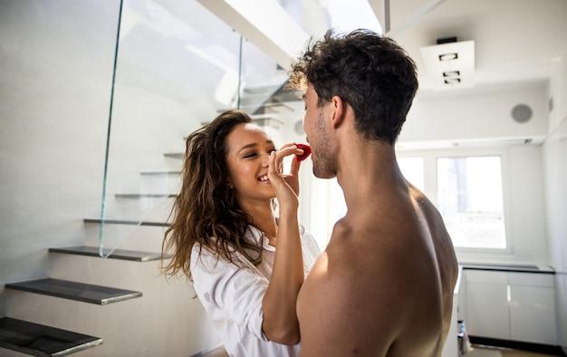 Momentos de estilo de vida jovem casal em casa Foto Premium