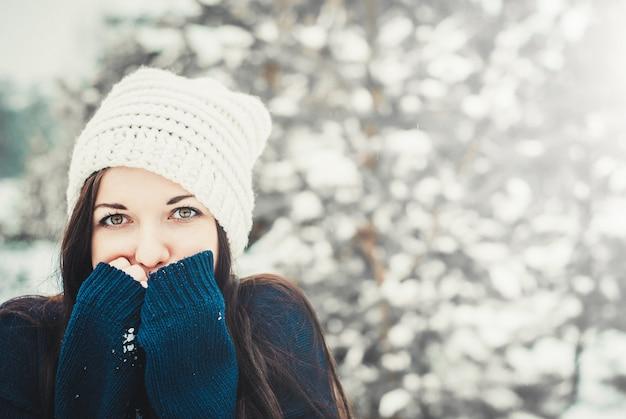 Momentos felizes de inverno de jovem alegre com longos cabelos morenos Foto Premium