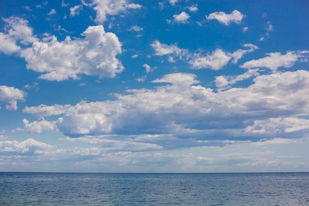 Momentos mágicos da natureza, nascer do sol sobre o oceano. Foto Premium