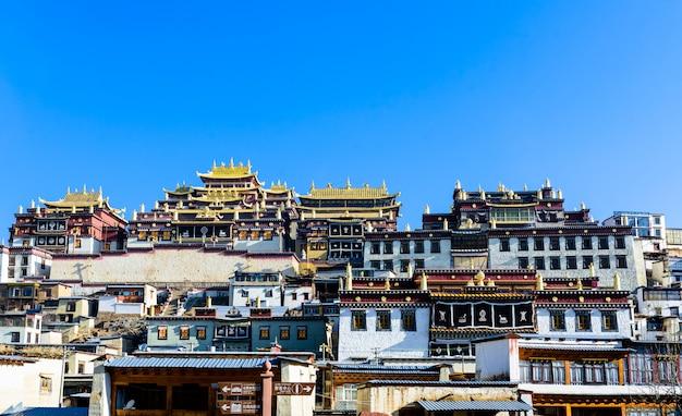 Monastério tibetano no la de shangri, china. Foto Premium